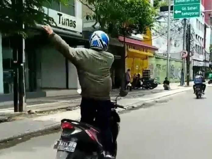 Joget Sambil Bawa Motor, Pria Ini Diciduk