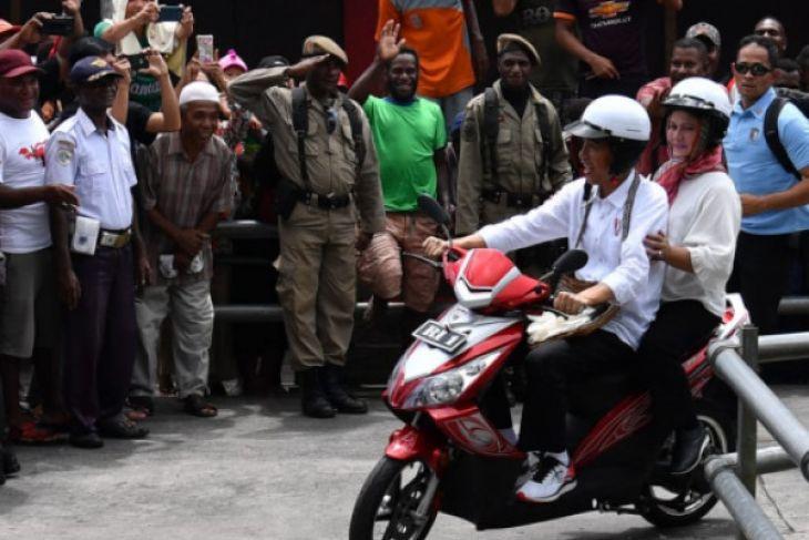 Presiden-Ibu Negara Keliling Asmat naik motor