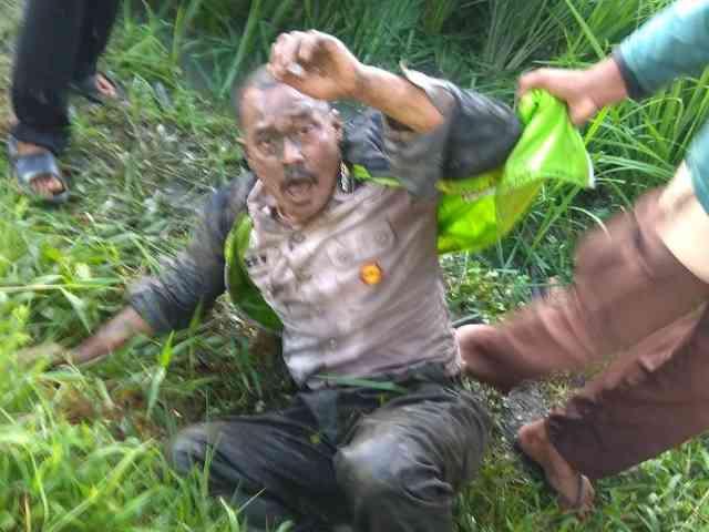 Foto Viral Begal Berseragam Polisi Babak Belur Diamuk Warga di Malang