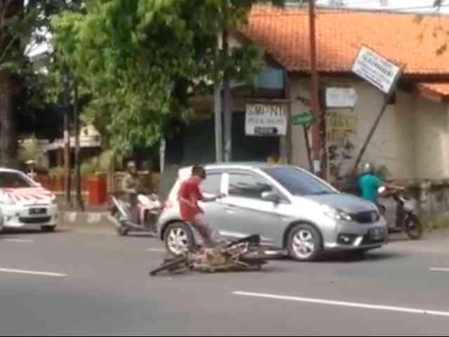 Video Pemotor Jatuh Lalu Ngamuk Tendang Motornya Sendiri di Pekalongan