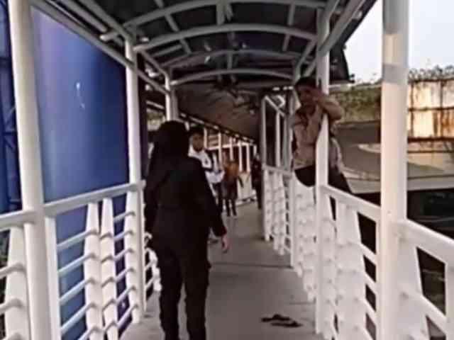 Video Aksi Penyelamatan Wanita yang akan Bunuh Diri di JPO Busway
