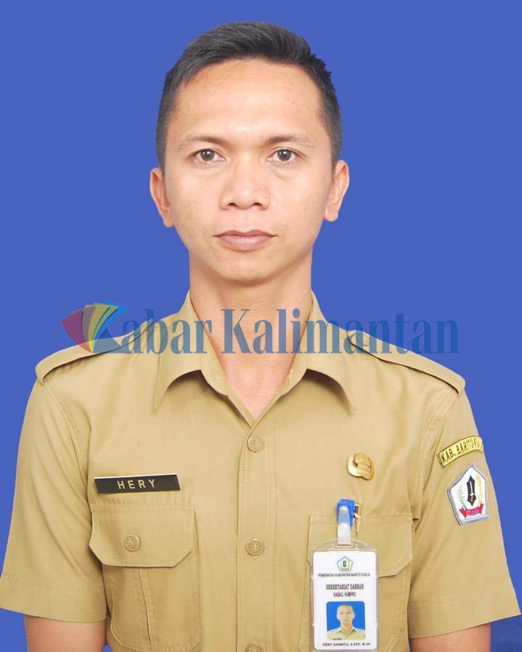 """Plak! Muha Penjaga Maka Datu Abdussamad """"Dilepak"""" Kabag Humpro Batola, yang Menolak Lepas Sepatu"""