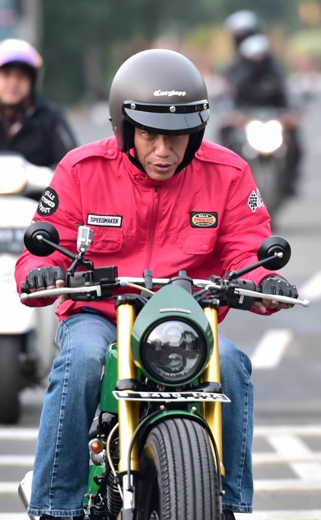 Guru Honorer Demo Ingin Ketemu,  Presiden Jokowi Malah Ke Pasar Beli Tempe!