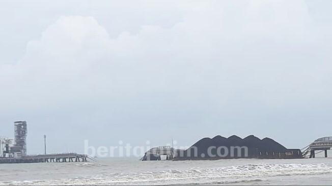 Kapal Tongkang Bermuatan Batu Bara Hantam Pelabuhan di Tuban, 16 Pekerja Terjebak