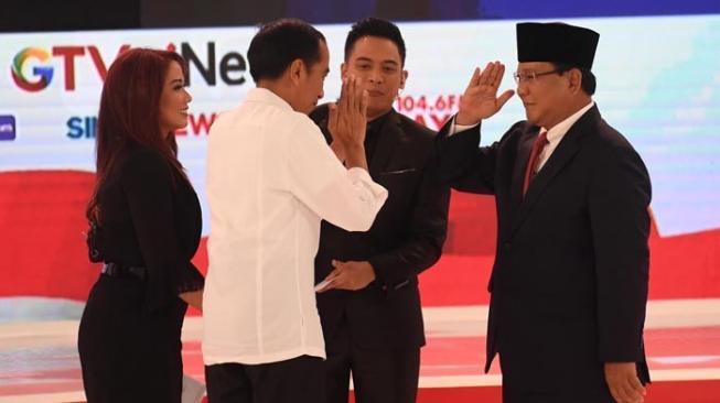 Inilah Buku Tebal yang Dibawa Prabowo ke Podium Debat Kedua Lawan Jokowi