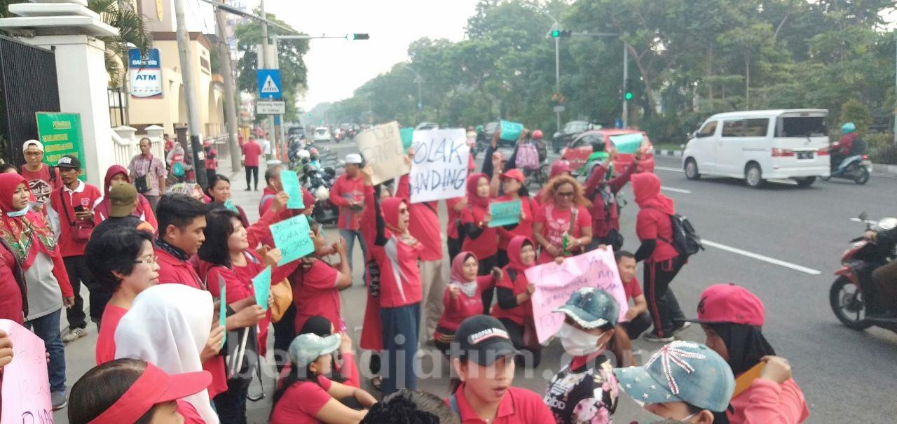 Pagi Ini,   Ribuan Massa Paguyupan Customer Sipoa Duduki Kejati Jatim Surabaya