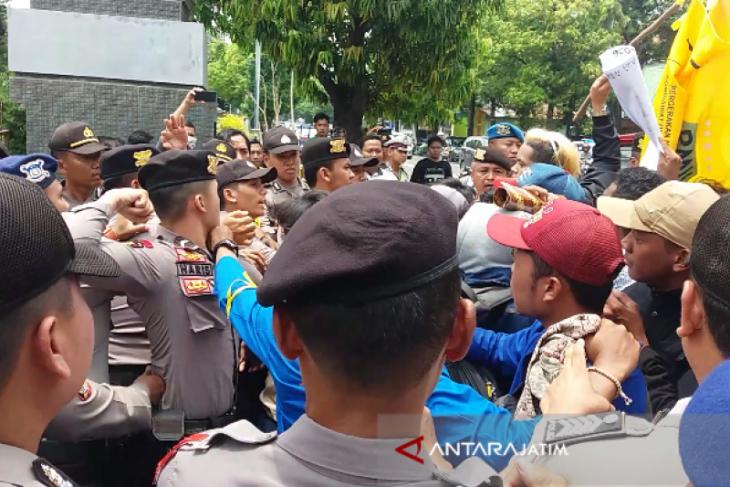 Unjuk Rasa PMII Soal Korupsi DBHCT di Situbondo Ricuh (Video)