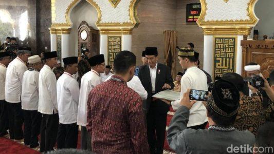 Jumatan Prabowo Heboh, Jumatan Jokowi Sepi Tapi Bagi-bagi Sertifikat, Sani: Bawaslu Mana?