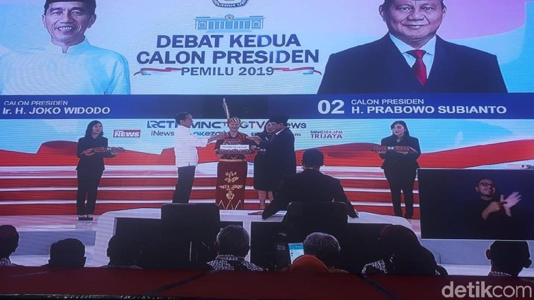 Prabowo Pertanyakan Impor, Jokowi Banggakan Jagung