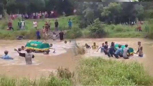 Viral Video Keranda Mayat Dihanyutkan Menyeberangi Sungai, Karena Tidak Ada Jembatan