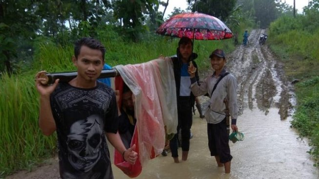 Infrastruktur Jalan di Desa Buruk,  Ada Lagi  13 Orang  Bergantian Pakai Sarung dan Bambu Gotong  Warga Miskin yang Sakit buat Berobat Sejauh  6 KM