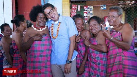 "Anggota Pepes ""Partai Emak-Emak"" Cuma Pakai Sarung Berfoto dengan Sandiaga Uno, Mesra Bangeeet"