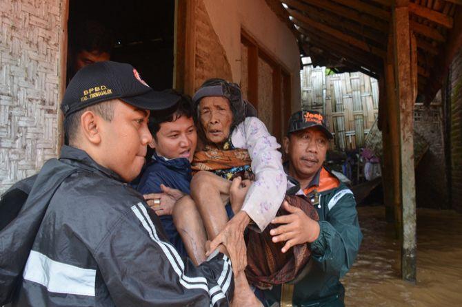 Kisah Heroik Plt Bupati Trenggalek Evakuasi Mbah Sainah dari Banjir