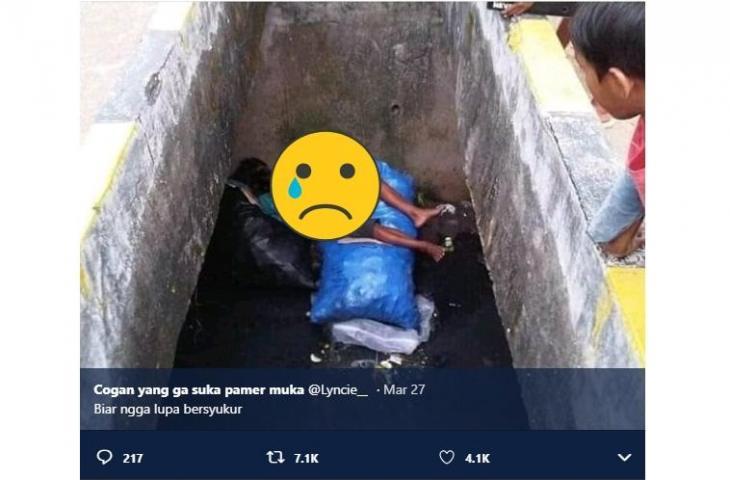 """Ada Ayah dan Anak Tidur """"Kamarnya"""" di Tempat Sampah, Berpelukan Bikin Terharu"""