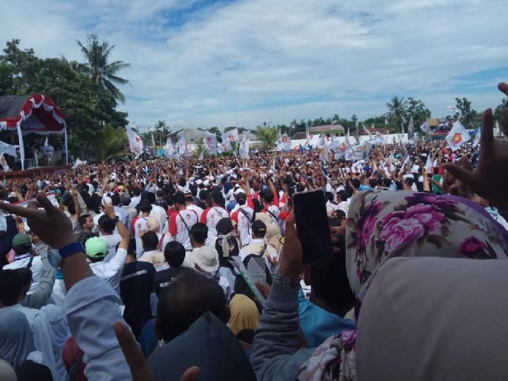 """Massa Pendukung Prabowo Nyanyikan Lagu Sindiran Buat Jokowi :  """"Naik-naik Prabowo Sandi, turun-turun Jokowi,"""""""