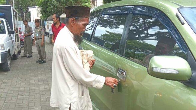 Viral Heboh Pengemis Punya Mobil Mewah di Bogor
