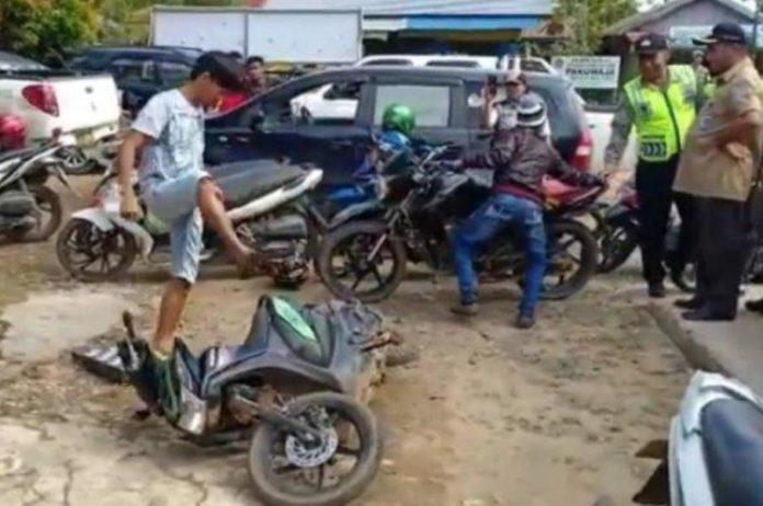 Gagal Paham Diberi Surat untuk Bayar Pajak, Pemuda Tana Tidung ini Mengira Kena Tilang dan Nekat Rusak Motornya, Mantap! Videonya Viral