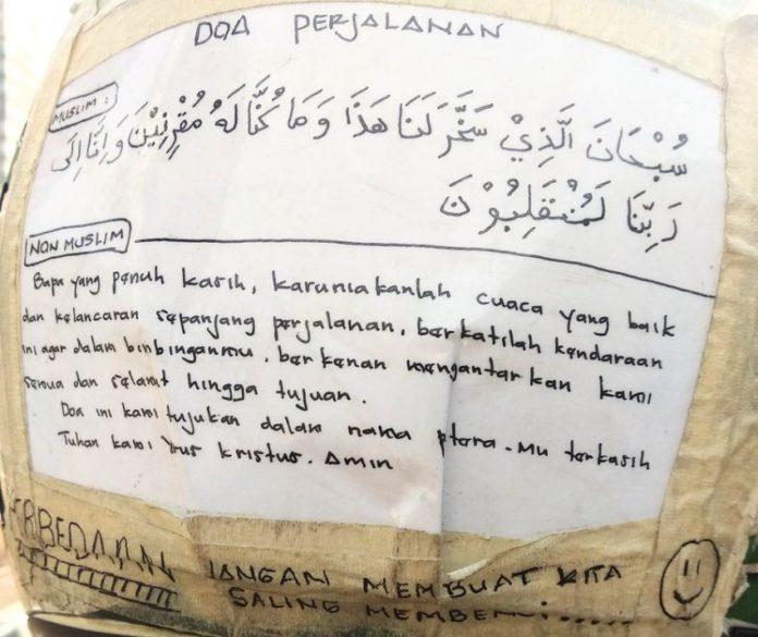 Luar Biasa, Driver Ojol Ini Tulis Doa Perjalanan untuk Dua Agama di Helmnya