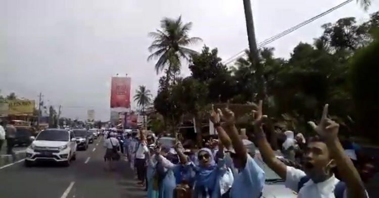 Pendukung Prabowo-Sandi Gelar Aksi Gandeng Tangan Sepanjang jl Magelang-Yogyakarta