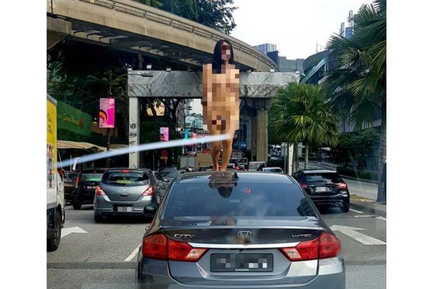 Ai, Jalan Macet  Wanita Transgender Telanjang dan Menari di Atas Mobil Hebohkan Jalanan Malaysia