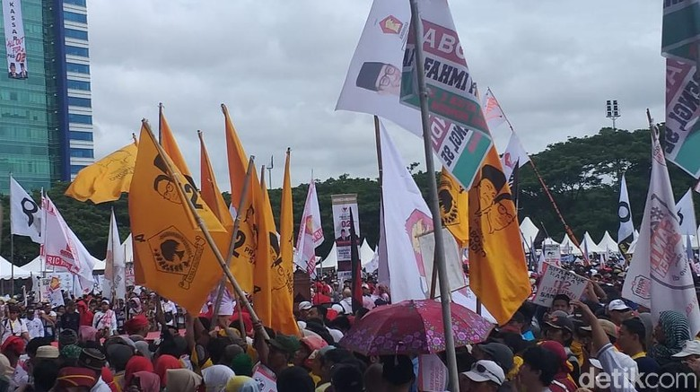 Bendera Golkar Berkibar Saat Kampanye Akbar Prabowo di Makassar