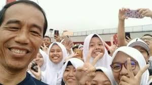 Foto Bareng Jokowi, Warga Palembang Malah Pose Dua Jari