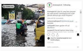 Abang Ojol yang lebih Romantis dari Doi,  Layani Customer di Saat Jalanan Banjir