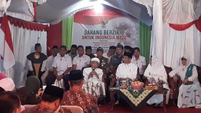 Mbah Moen Kasih Sorban Hijau ke Jokowi, Habib Luthfi Kasih Tasbih Biru, Caranya Niru Prabowo ya?
