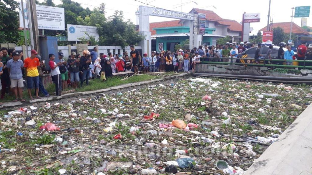 Di Sidoarjo, Tepatnya Depan Kantor Camat Gedangan Ada Mayat Tersangkut Sampah