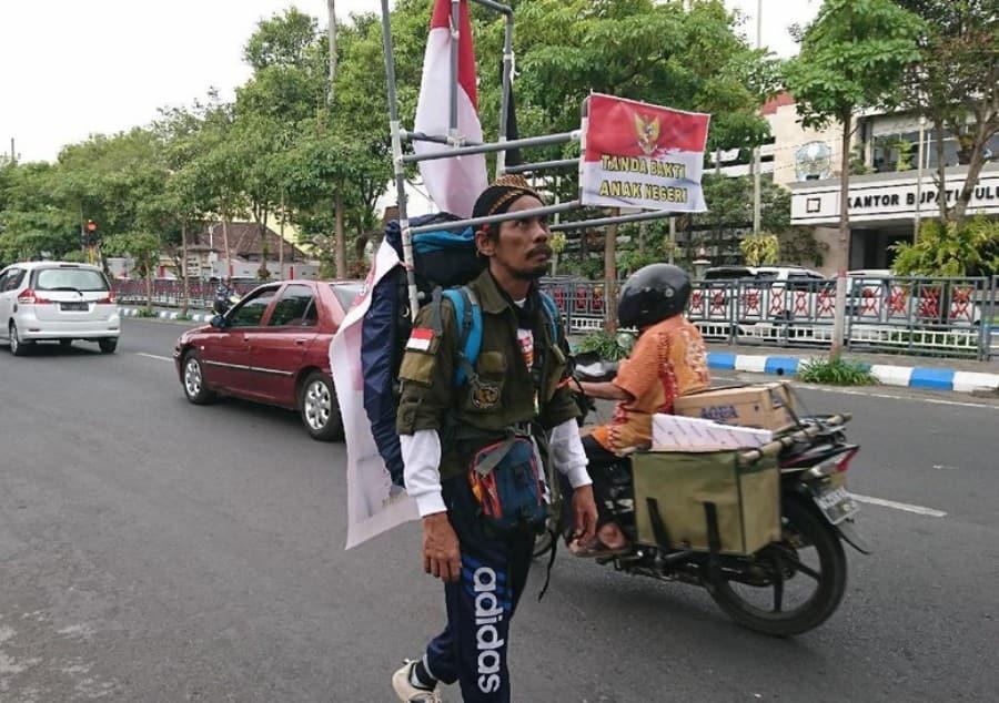 Diperkirakan-Sampai-dalam-Satu-Bulan-Pria-Jalan-Mundur-dari-Tulungagung-ke-Jakarta-Sambut-HUT-RI