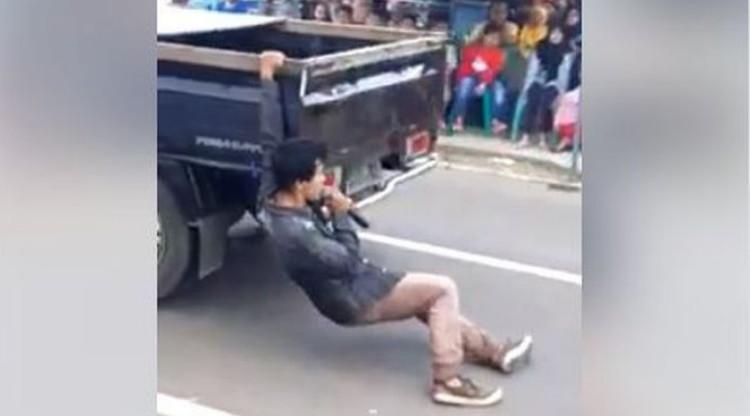 Hadiri Pernikahan Sang Mantan, Pria ini  Nyanyi India Sambil 'Gelendotan' di Mobil