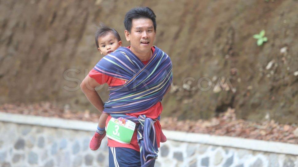 Berlari Sambil Gendong Anak, Bapak Ini Sabet Medali