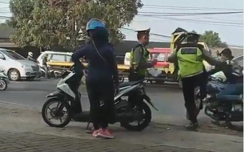 Viral Polisi Tendang Pemotor hingga Jatuh