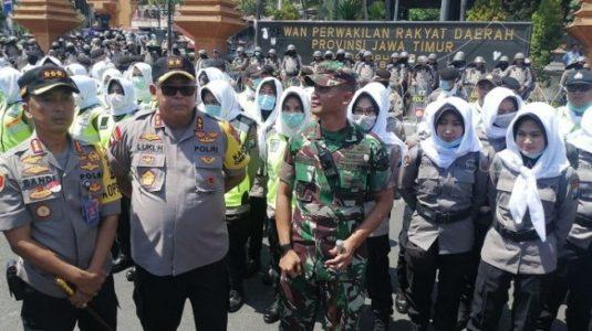 """Demo Mahasiswa di Surabaya """"Dikawal"""" Polwan Berjilbab Putih"""