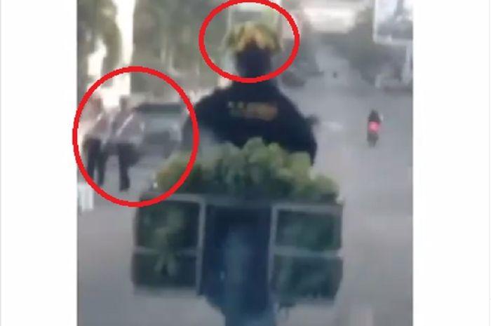 Dasar Waluh, Video Pemotor Lolos Razia Polisi Pakai Helm Pisang