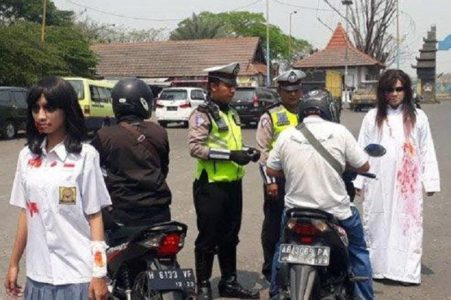 Ih Serem, Polisi Ajak Kuntilanak dan Korban Kecelakaan Razia Motor Operasi Patuh 2019,