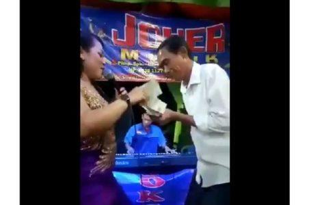 """Video Viral """"Kembaran Jokowi""""  atau Jokowi KW Nyawer Penyanyi Dangdut di Hajatan Nikah"""