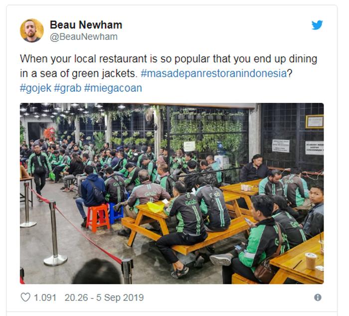 Bule Autralia Kecewa Tak Dapat Tempat Duduk, Restoran Penuh Sesak dengan Driver Ojol