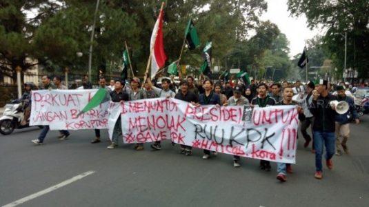 Tolak Revisi UU KPK, Mahasiswa Aksi Tabur Bunga di Istana Bogor