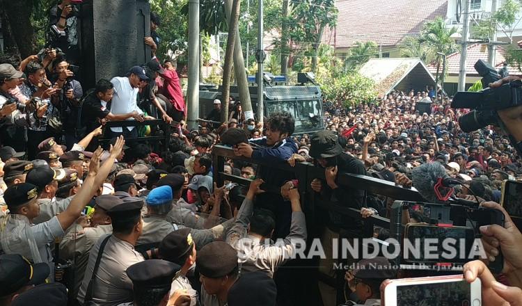 Demo di Malang :  Pagar DPRD Berhasil didobrak, Aksi Berakhir Rusuh