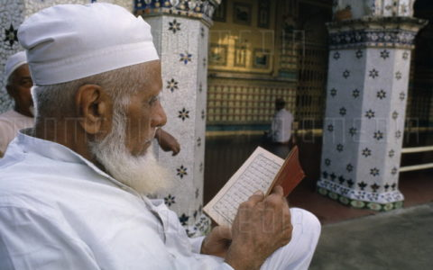 Hukum dalam Islam Soal Mencabut Uban dan Mewarnai Rambut