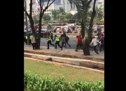 Viral Massa #STMMelawan Pukul dan Kejar Polisi