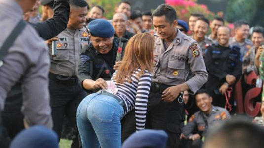 Agar Tidak Tegang Aparat TNI-Polri yang Mengamankan Pelantikan Jokowi Nyawer Biduan di DPR