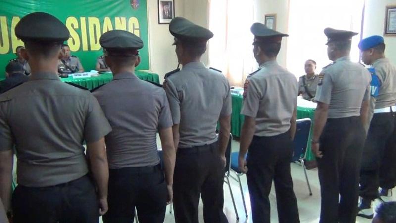 bawa-senpi-saat-demo-mahasiswa-5-polisi-ternyata-absen-dari-apel-pengarahan-VfNoqBPJ6A