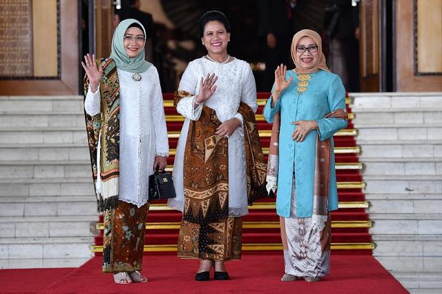 Ibu Negara Iriana Joko Widodo (tengah) bersama Ibu Mufidah Jusuf Kalla (kanan) dan Ibu Wuri Estu Handayani Ma'ruf Amin berfoto bersama sebelum mengikuti upacara pelantikan presiden dan wapres periode 2019-2024 di Gedung Nusantara, kompleks Parlemen, Senayan, Jakarta, Minggu (20/10/2019). ANTARA FOTO/Sigid Kurniawan/aww.