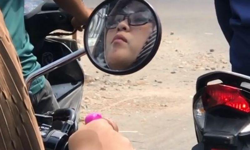 Viral! Sambil Mengendarai Motor Wanita Cantik Ini Berzikir, Ada Tasbih Digital di Jarinya, Keren