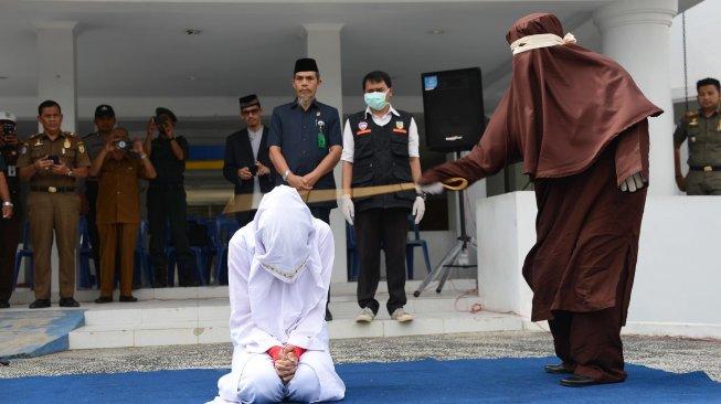 Berzina, Wanita Kepala Sekolah dan Wakil di Aceh Dihukum Cambuk di Aceh