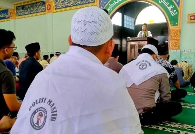 setelah imbauan Ma'ruf ini diterima oleh Polri, beredar foto-foto di media sosial dan internet, polisi-polisi mendatangi masjid.