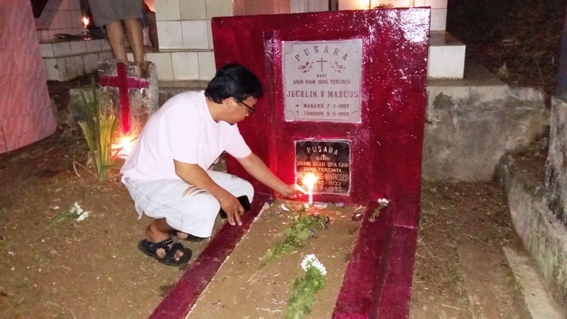 Tradisi Malam Natal di Manado, Pasang Lilin hingga Bawa Kue ke Kuburan. foto okezone