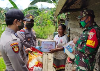 Pandemi Corona Belum Usai, Polsek Bengalon Bagikan Puluhan Paket Sembako kepada Warga